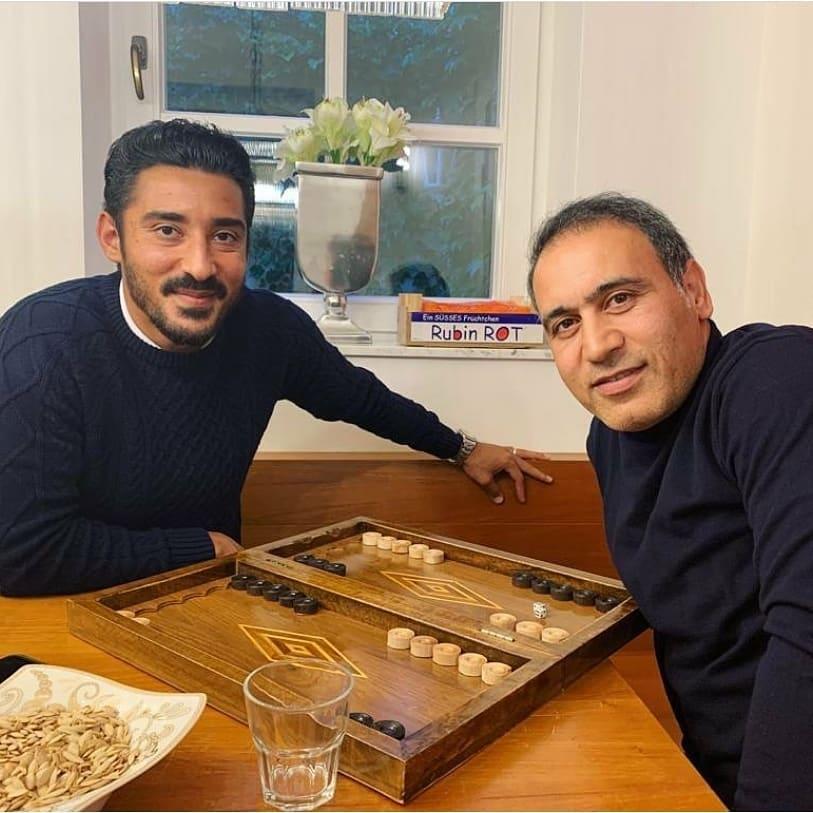 ستاره پرسپولیسی و رضا قوچان نژاد در حال بازی تخته
