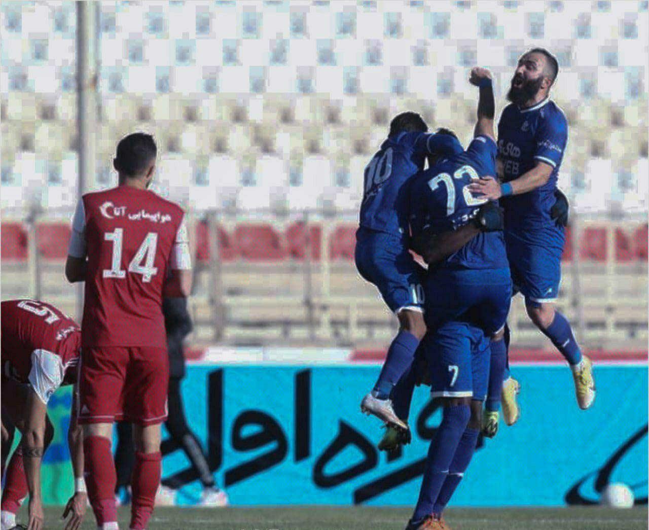 عکس عجیب از شیخ دیاباته در بازی استقلال مقابل تراکتور
