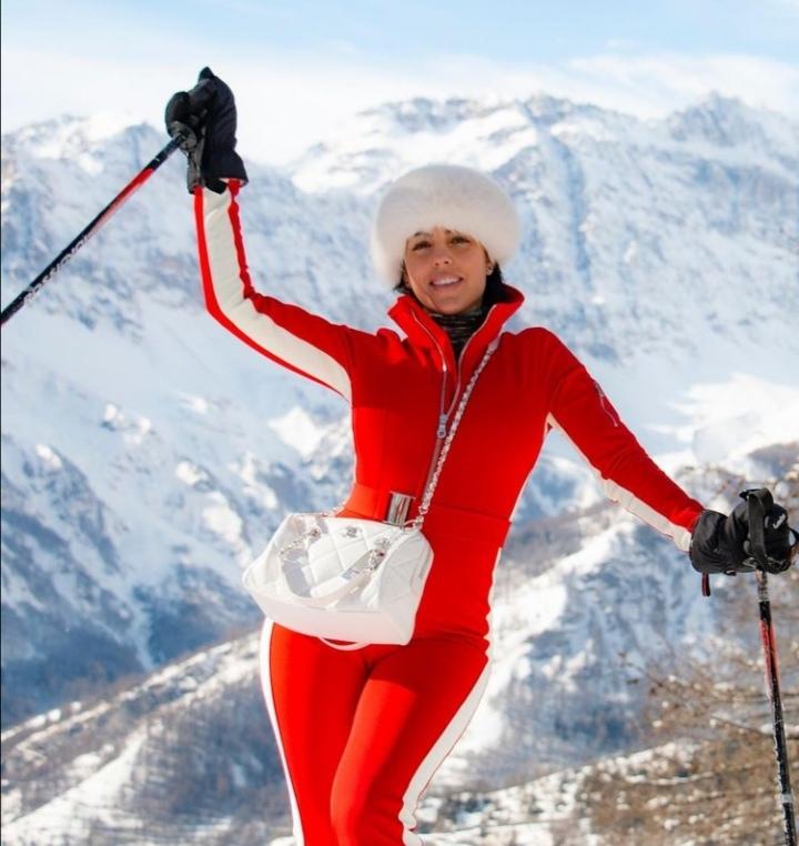 عکس های برف بازی جورجینا رودریگز با لباس قرمز جنجالی