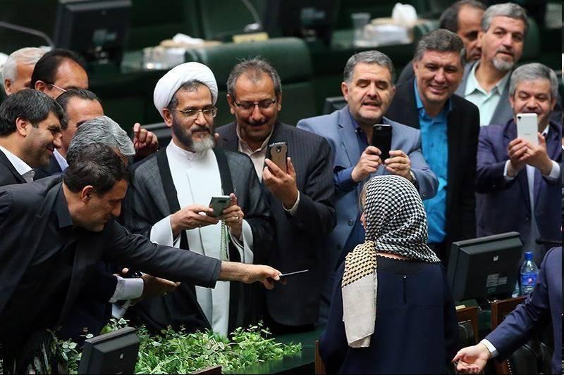 عکس خجالت آور نمایندگان مجلس با موگرینی